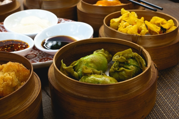 Chinees Houten T Rond.Chinese Gestoomde En Gebakken Broodjes In Houten Stoomboten Foto