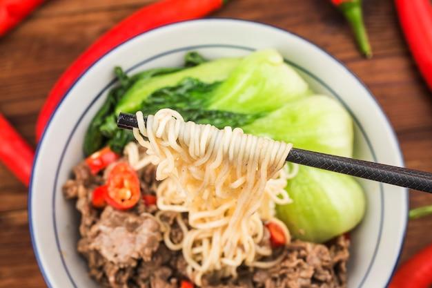 Chinese keuken: een kom rundvleesnoedels Premium Foto