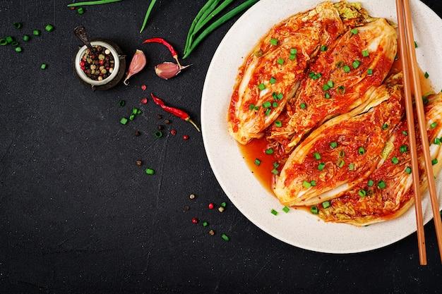 Chinese kool. kimchi-kool. koreaans traditioneel eten. bovenaanzicht plat leggen Premium Foto