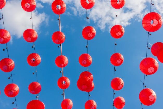 Chinese nieuwe jaarlantaarns met blauwe hemel Premium Foto