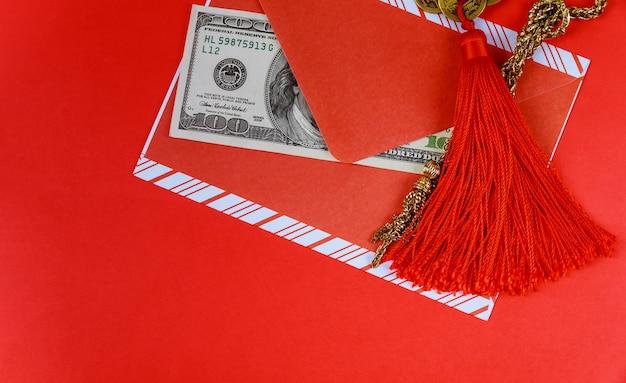 Chinese nieuwjaarachtergrond. amerikaanse dollars chinees gelukssymbool op rood Premium Foto
