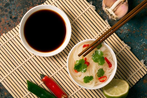 Chinese noedel met chili peper Premium Foto
