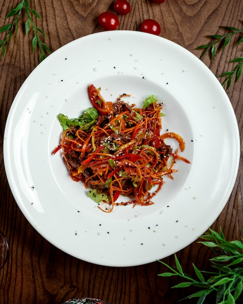 Chinese nuddles met groenten op tafel Gratis Foto