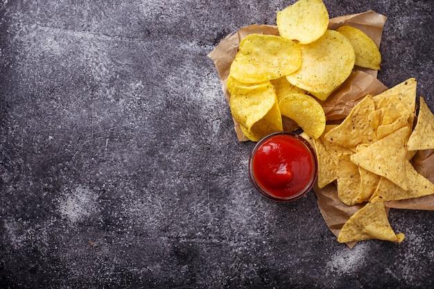 Chips en mexicaanse maïs nacho's. selectieve aandacht Premium Foto