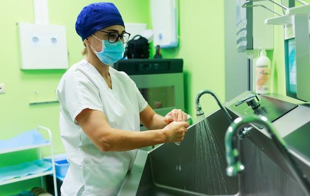 Chirurg in het ziekenhuis handen wassen Premium Foto