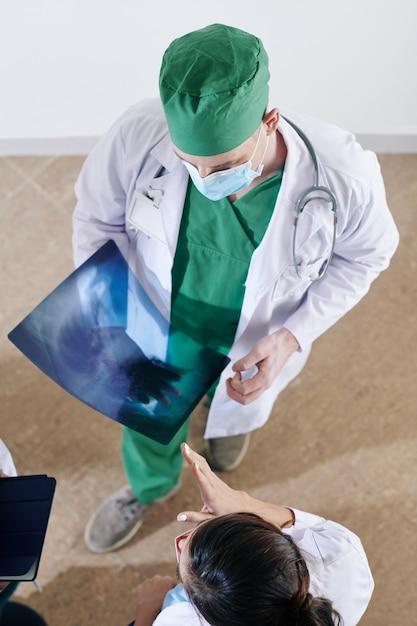 Chirurg x-ray bespreken met collega's Premium Foto