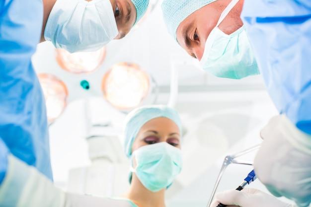 Chirurgen die operatiekamer opereren Premium Foto