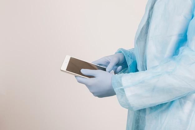 Chirurgische handen werken met tablet Gratis Foto