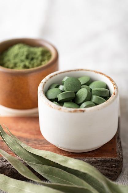 Chlorella-pillen en spirulina, concept van superfood en detox Premium Foto