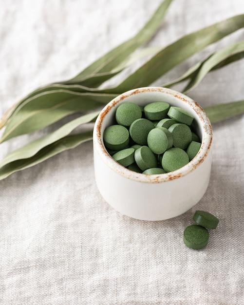 Chlorella-tabletten, concept van superfood en detox Premium Foto