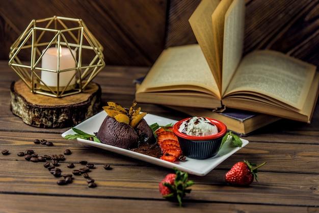 Choco brownies geserveerd met romige dip saus en fruit combinatie Gratis Foto
