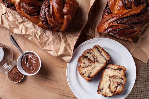 Chocolade babka of brioche brood. gevuld met hazelnootcrème. bovenaanzicht. Premium Foto