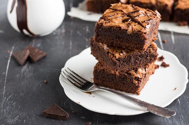 Chocolade brownie cake stuk stapel op plaat eigengemaakte gebakjes Gratis Foto