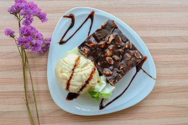 Chocolade brownie en vanille-ijs Premium Foto