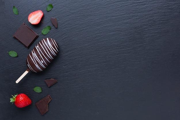 Chocolade en aardbeiroomijs op zwarte lijst Gratis Foto
