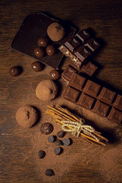 Chocolade en truffels op houten achtergrond Gratis Foto