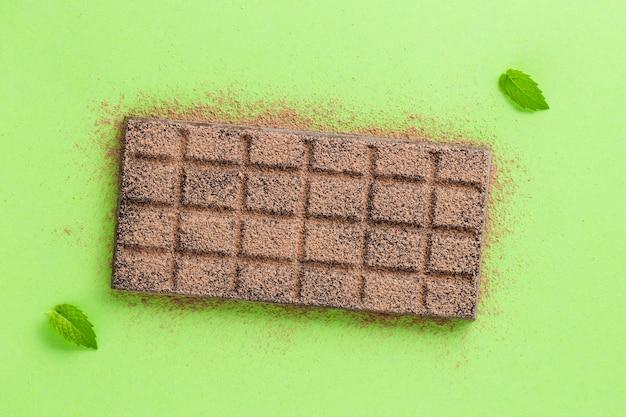 Chocolade met cacaopoeder en bladeren Gratis Foto