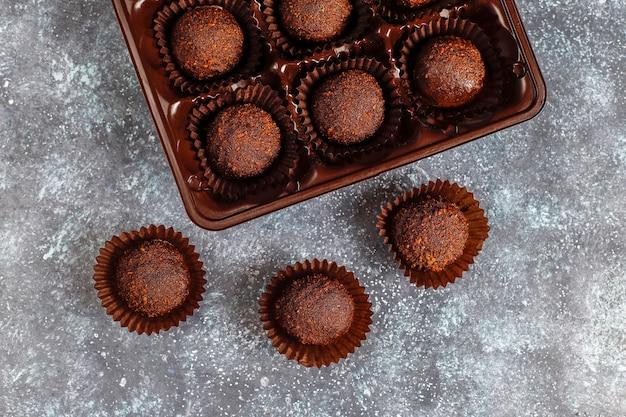 Chocoladeballetjes met cacaopoeder. Gratis Foto