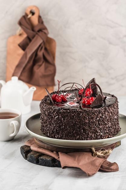 Chocoladebiscuitgebak op een lichte achtergrond. dessert voor verjaardag en vakantie. Premium Foto