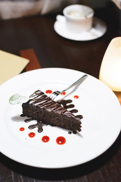 Chocoladecake als dessert na het avondeten Gratis Foto