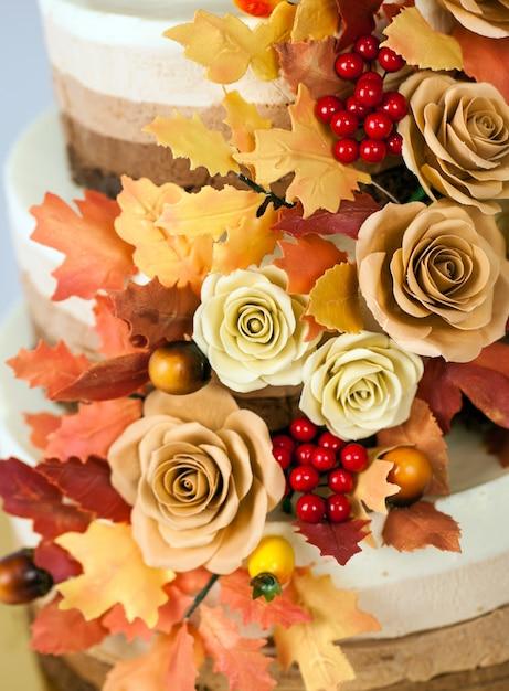 Chocoladecake ingericht in een herfstthema Premium Foto