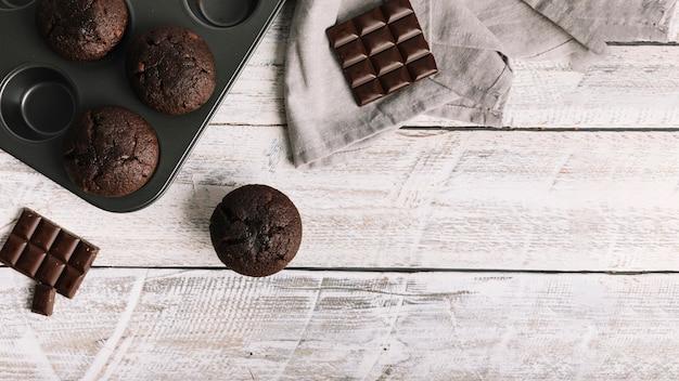 Chocoladecake met bar op witte houten lijst Gratis Foto