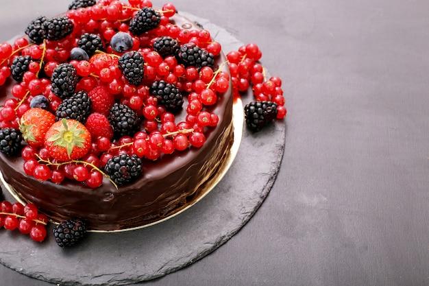 Chocoladecake met rode en zwarte bes Gratis Foto