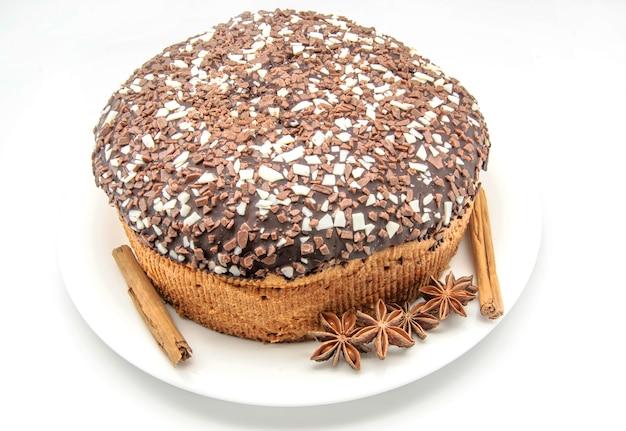 Chocoladecake op wit wordt geïsoleerd dat Premium Foto