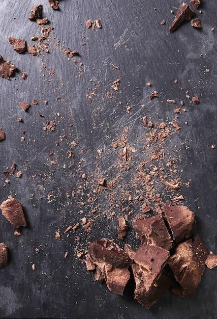 Chocoladedelen op houten lijst Gratis Foto