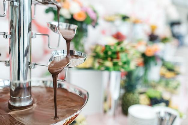 Chocoladefontein in een restaurant voor het vieren van gasten Gratis Foto