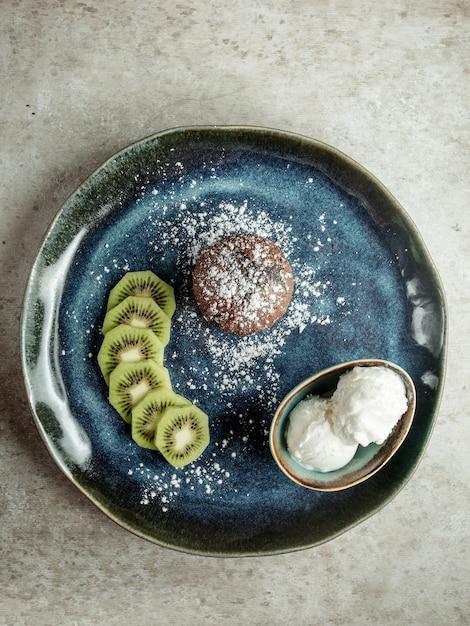 Chocoladekoekje met gesneden kiwi en roomijs Gratis Foto