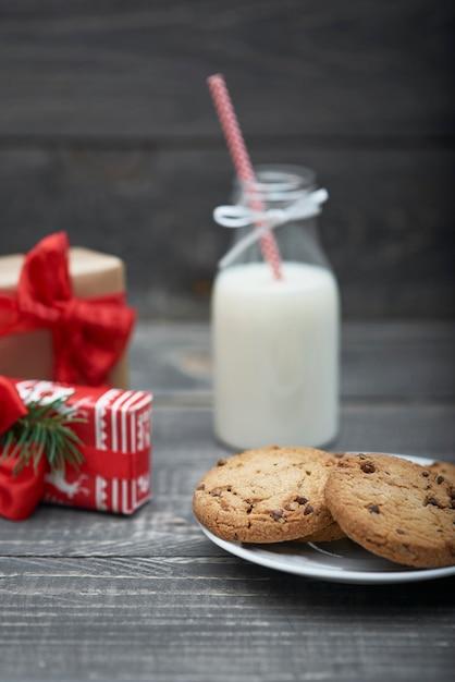 Chocoladekoekjes en melk voor de kerstman Gratis Foto