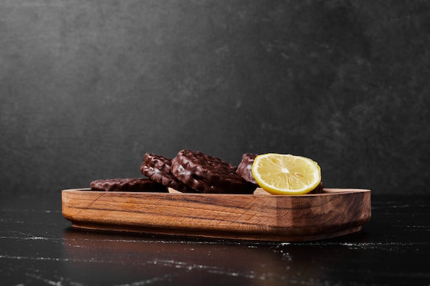 Chocoladekoekjes met citroen in een houten schotel. Gratis Foto