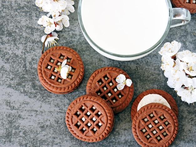 Chocoladekoekjes met witte room en sakurabloemen Premium Foto