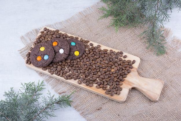 Chocoladekoekjes versierd met snoepjes en koffiebonen. Gratis Foto