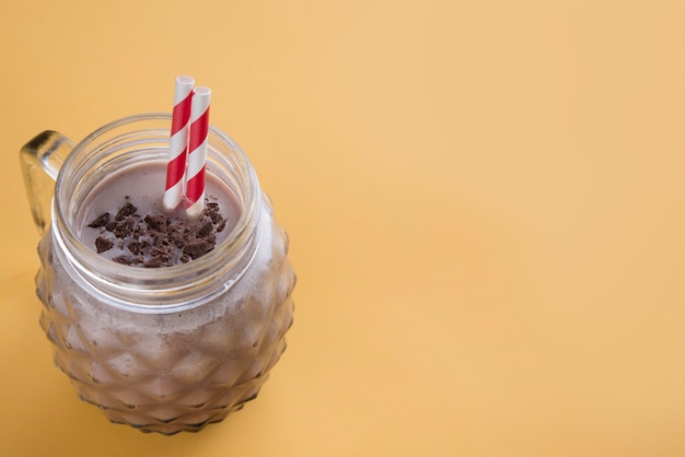 Chocolademilkshake op kleurenachtergrond Premium Foto