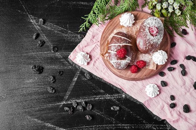 Chocolademuffins op houten schotel. Gratis Foto