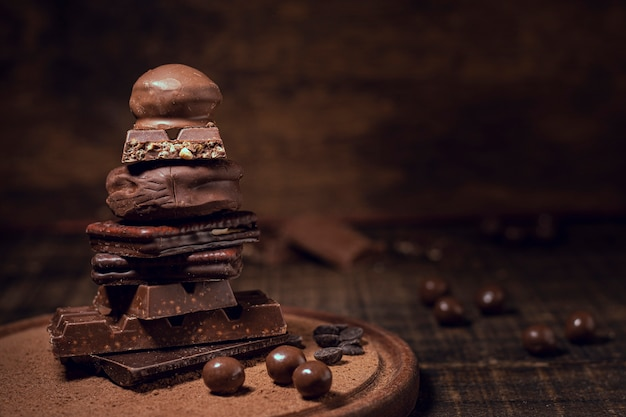 Chocoladepiramide met vage achtergrond Gratis Foto