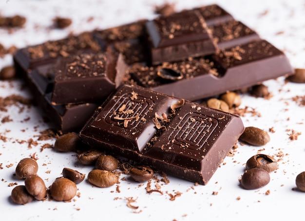 Chocoladereep en koffiebonen Gratis Foto