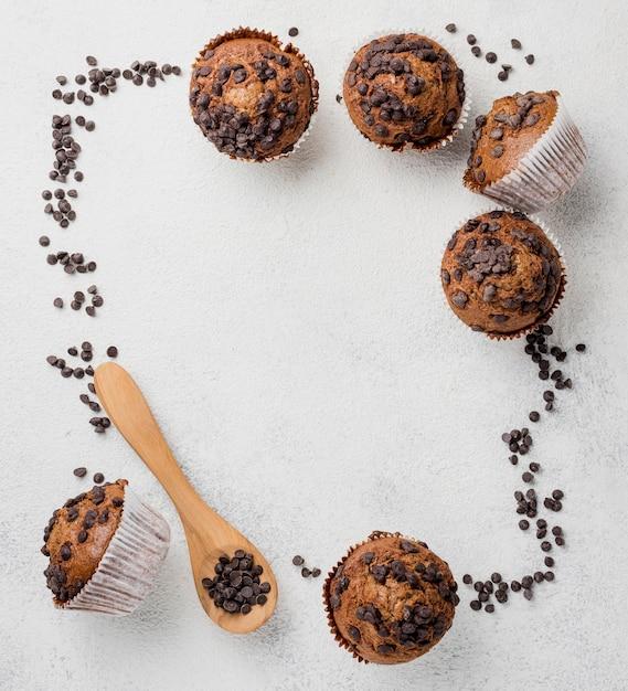 Chocoladeschilfersmuffins en chocoladekader Gratis Foto
