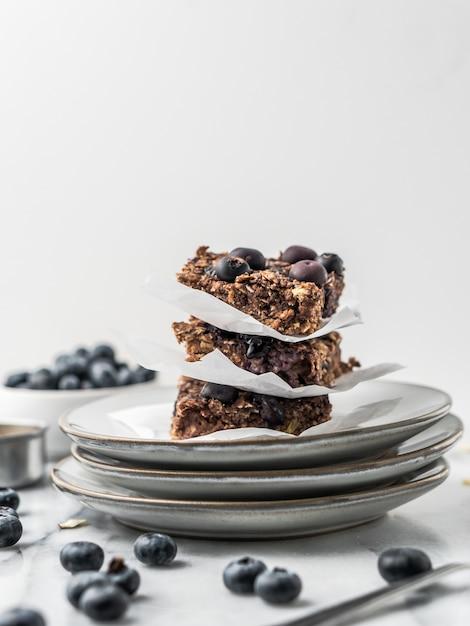 Chocoladetaart met bosbessen op een bord Gratis Foto