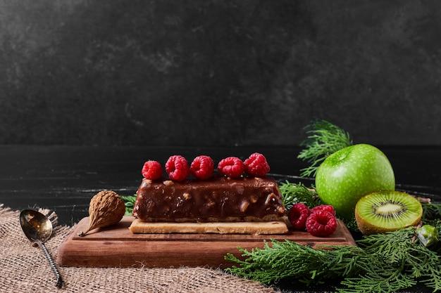 Chocoladetaartplak op een houten schotel. Gratis Foto