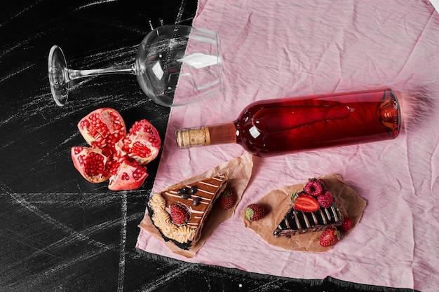 Chocoladetaartplakken met wijn op zwart Gratis Foto