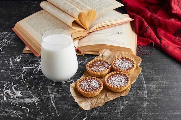 Chocoladetartalettes met gehakte kokos en melk. Gratis Foto