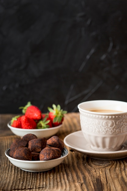Chocoladetruffel in cacaopoeder Gratis Foto