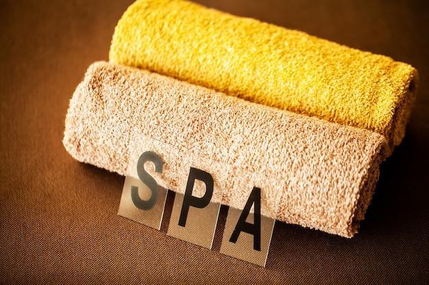 Chocolate spa. samenstellings bruine handdoek in hotelruimte van kuuroordbehandeling Premium Foto