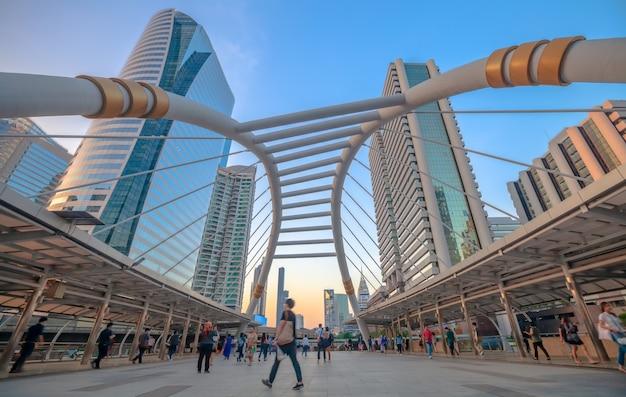 Chong nonsi skywalk bij skytrain station (bts) op de silom line Premium Foto