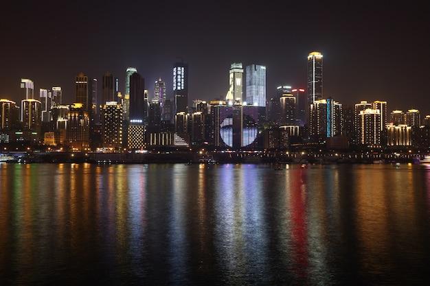 Chongqing, china, wolkenkrabber, sky line hoogbouw zakelijke stad in night time, yangze river Premium Foto