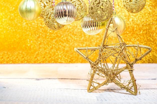 Christmas shining gouden achtergrond, met gouden kerstballen en kerstballen Premium Foto