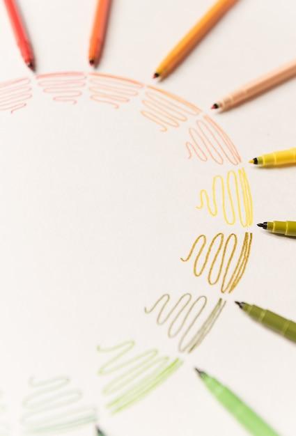 Cirkel met verschillende kleurrijke streelde geschilderd met markeringen op wit papier. kleurovergang van kleurrijke lijnen. kopieer ruimte voor logo, advertentie Gratis Foto